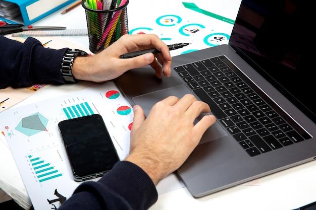 Persoon gebruikt laptop op kantoor