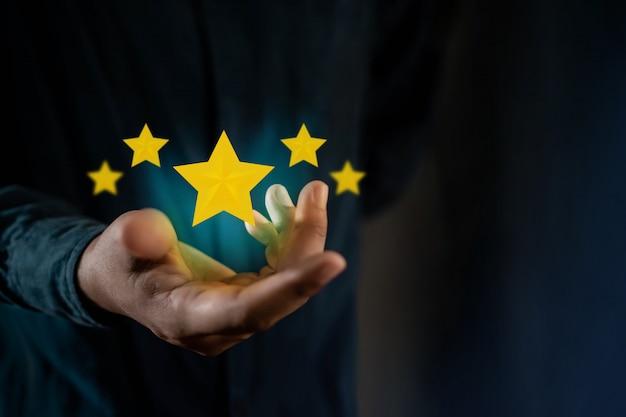 Persoon geeft positieve beoordeling voor klanttevredenheidsonderzoeken