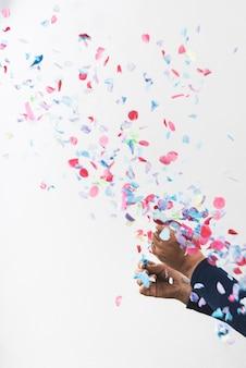 Persoon handen en kleurrijke confetti
