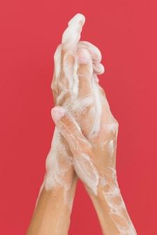 Persoon handen wassen met zeep