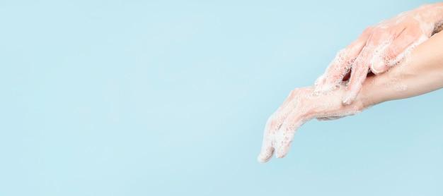 Persoon handen wassen