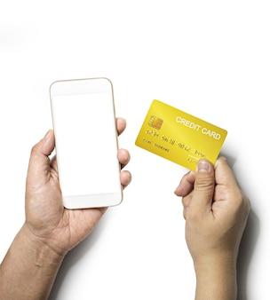 Persoon houdt een mobiele telefoon in zijn linkerhand en rechterhand houdt een gouden creditcard, geïsoleerd op een witte achtergrond en uitknippad.