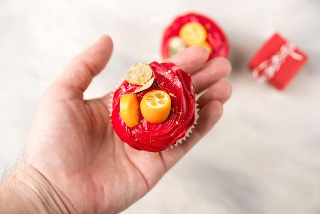 Persoon houdt smakelijke cupcake