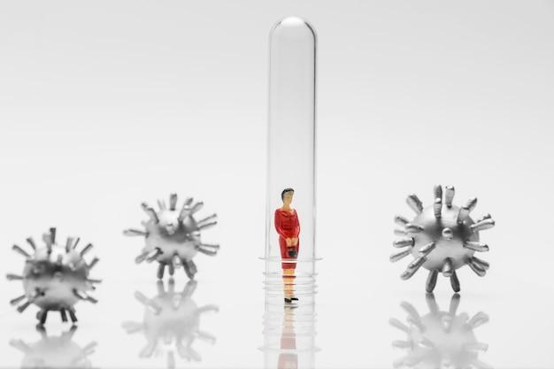 Persoon in glazen buis tijdens de coronavirus-pandemie ter bescherming