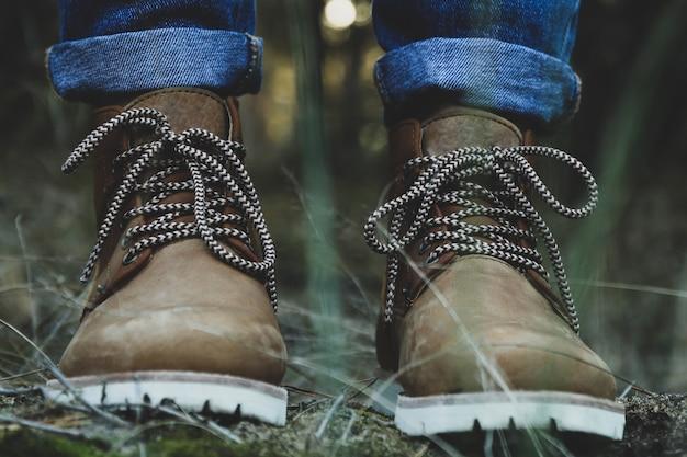 Persoon in laarzen en spijkerbroek. loop in het bos