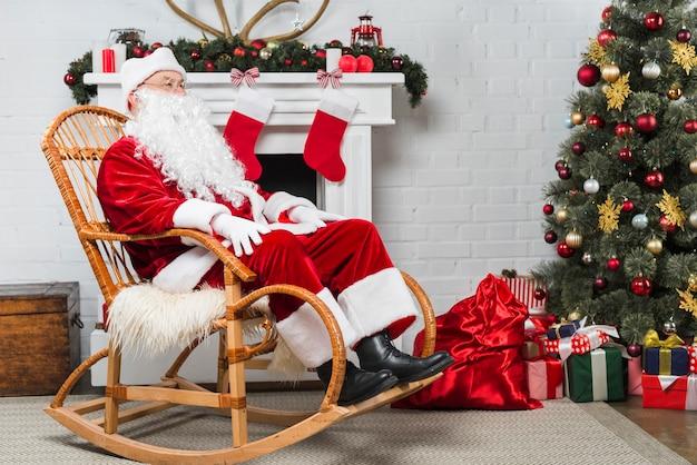 Persoon in santa's pak zit in de rocker