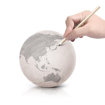 Persoon kaarten tekenen op papier wereld