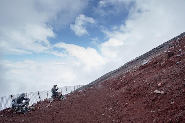 Persoon klimmen naar fuji mountain