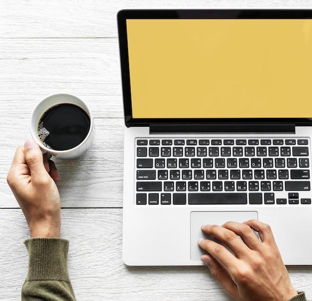 Persoon met behulp van laptop