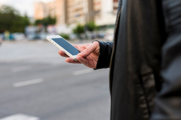 Persoon met behulp van smartphone op straat