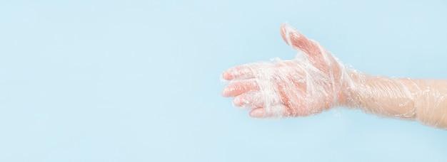 Persoon met beschermende handschoenen