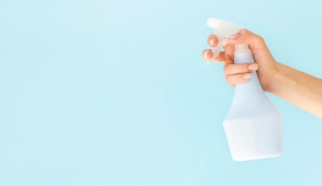 Persoon met desinfectie spray fles