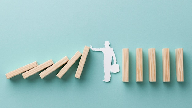 Persoon met een gevallen houten stuk