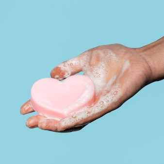 Persoon met een hartvormige zeep