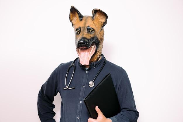 Persoon met hondenmasker met stethoscoop en een map