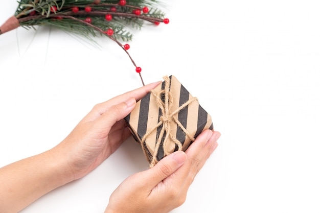 Persoon met kerstcadeau doos