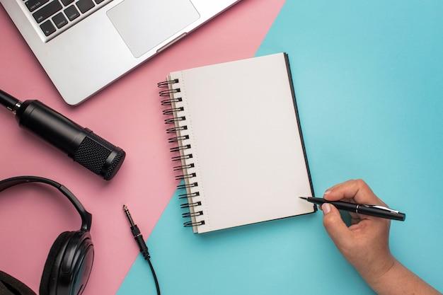 Persoon met pen en blocnote op lucht radio concept
