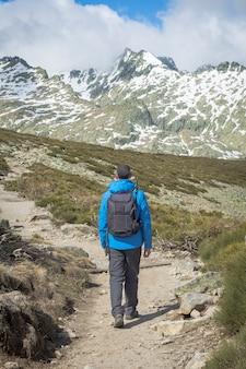 Persoon met rugzak die op een zonnige dag de berg af loopt. circo de gredos, nationaal park in castilla y leon, spanje.