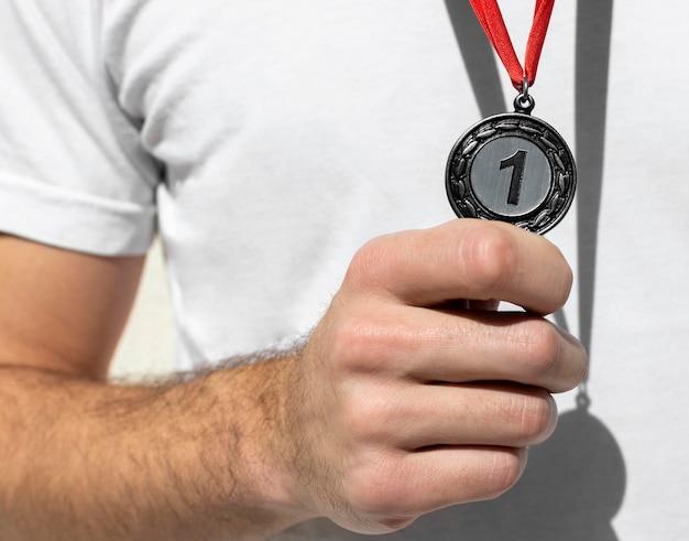 Persoon met zijn nummer één medaille op de olympische spelen