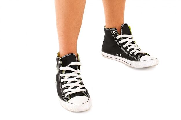 Persoon met zwarte sneakers