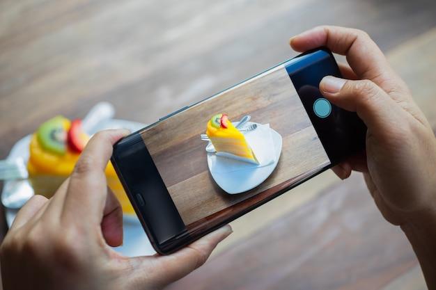 Persoon neemt een dessert fotografie