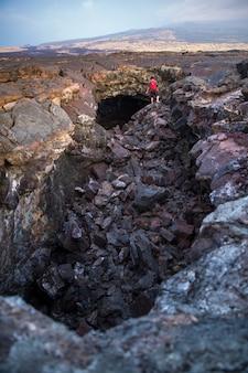 Persoon op de rotsen
