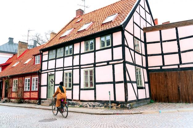 Persoon op fiets op straat in lund, zweden