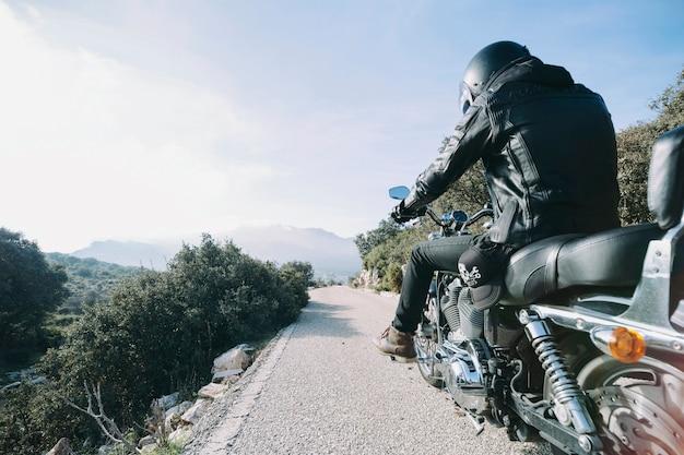 Persoon op mooie motor op het platteland