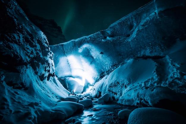 Persoon op witte grot