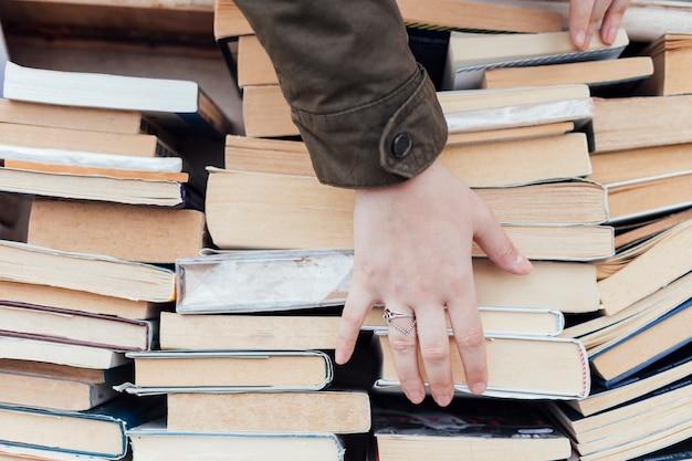 Persoon op zoek naar oude boeken