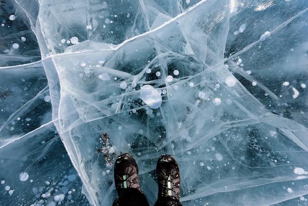 Persoon over bevroren baikalmeer