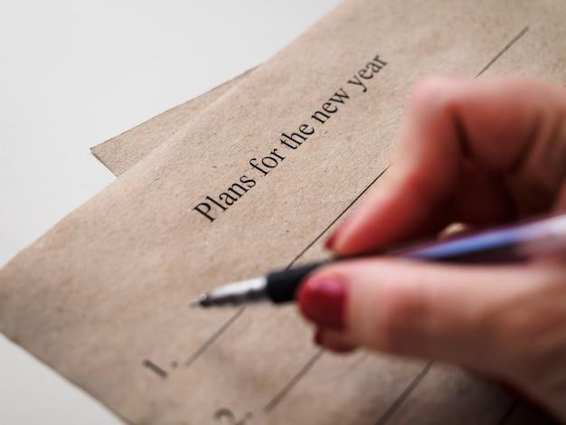 Persoon schrijven plannen voor het nieuwe jaar
