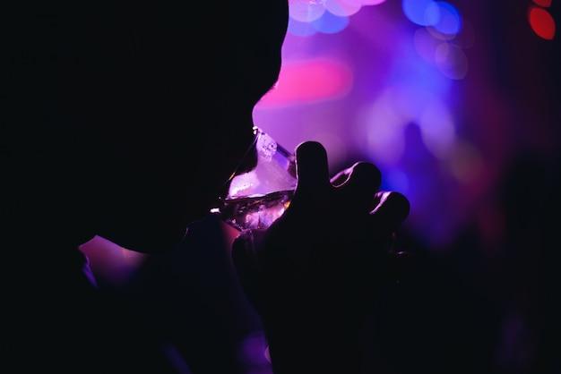 Persoon silhouet drinken in een moderne bar