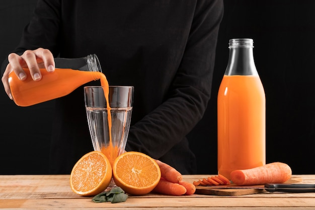 Persoon smoothie gieten in glas