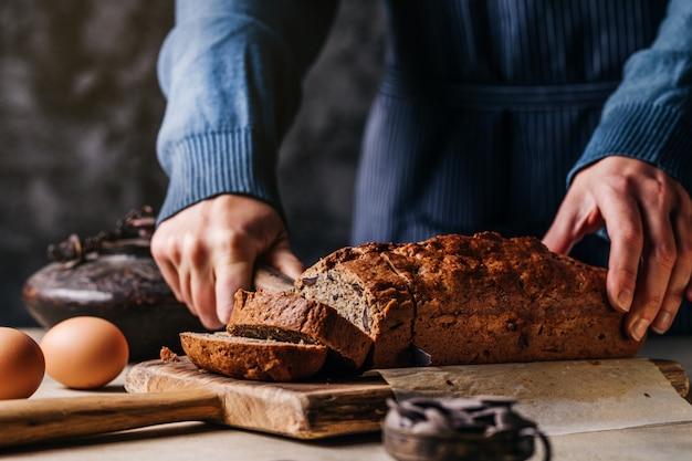 Persoon snijden granen brood aan boord
