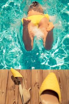 Persoon springen in zwembad.