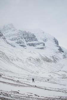 Persoon trekking op ijzige berg