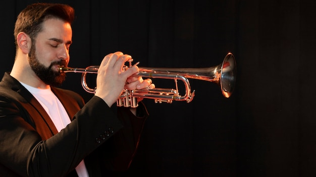 Persoon viert jazzdag