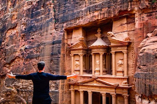 Persoon voor tempel, petra, jordan