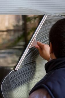 Persoon wassen van ramen met gereedschap