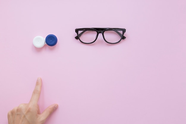 Persoon wijst naar bril en oogcontacten