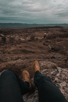 Persoon zittend op de bergen van mallin, genietend van het uitzicht op cordoba, argentinië