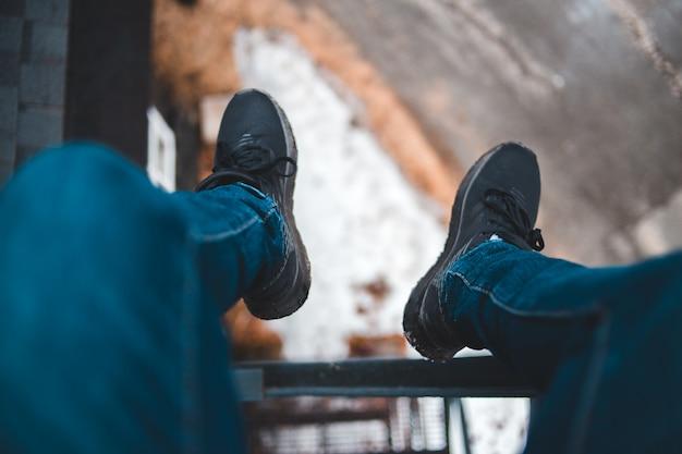 Persoon zittend op ladder