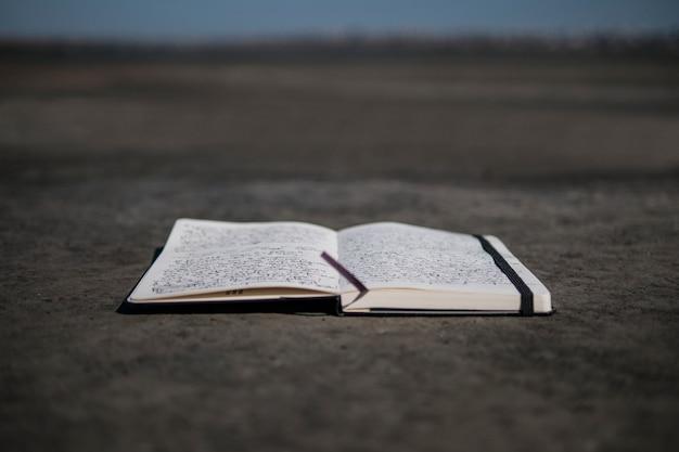Persoonlijk dagboek. notitieboekje ligt zandkust