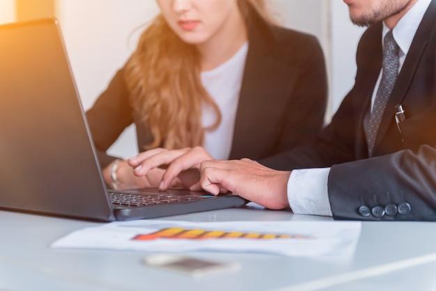 Persoonlijke ontwikkeling, coaching en training voor zakelijk teamwork. ontmoeten en discussiëren met collega's