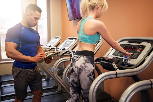Persoonlijke trainer die recente resultaten controleert