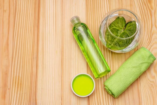 Persoonlijke verzorging thuis. gel en tonic met groene thee, badhanddoek. natuurlijke ingrediënt spa concept