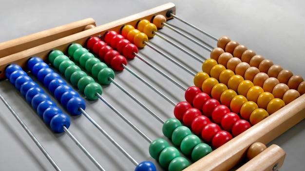 Perspectief abacus voor het tellen van de praktijk, kralen diagonaal afgelijnd op grijze achtergrond