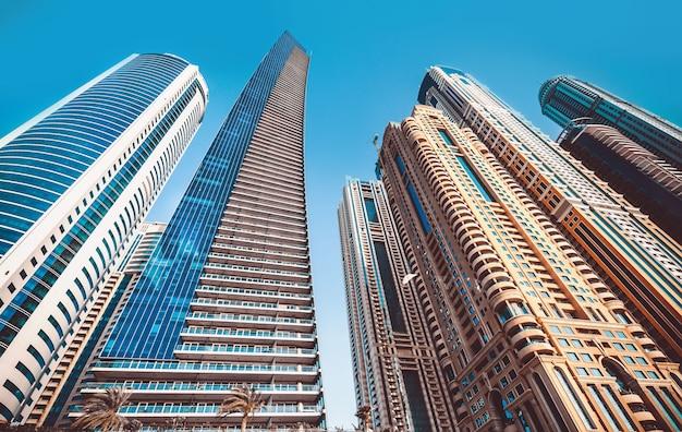 Perspectief en onderkanthoekmening aan geweven achtergrond van moderne glasblauwe bouwwolkenkrabbers