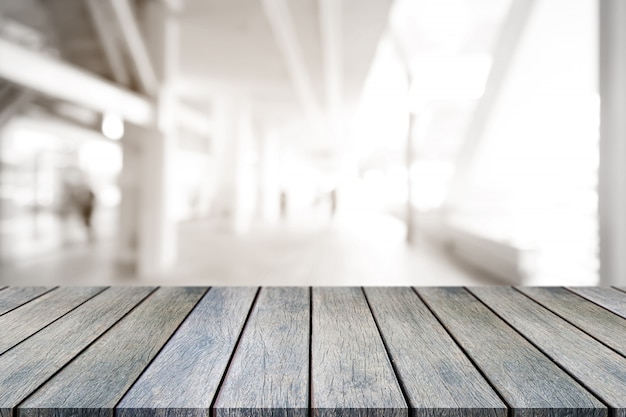 Perspectief lege houten tafel bovenop wazig achtergrond